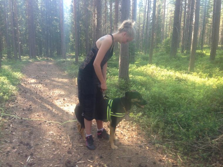 Avslutningen var på årets varmaste dag typ =) Här är det Sara som selar på Leah.