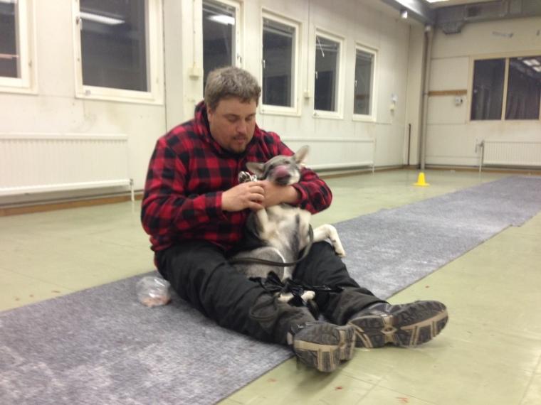Simon klipper klorna på sin Bira, fastän han hade gruvat sig en del.