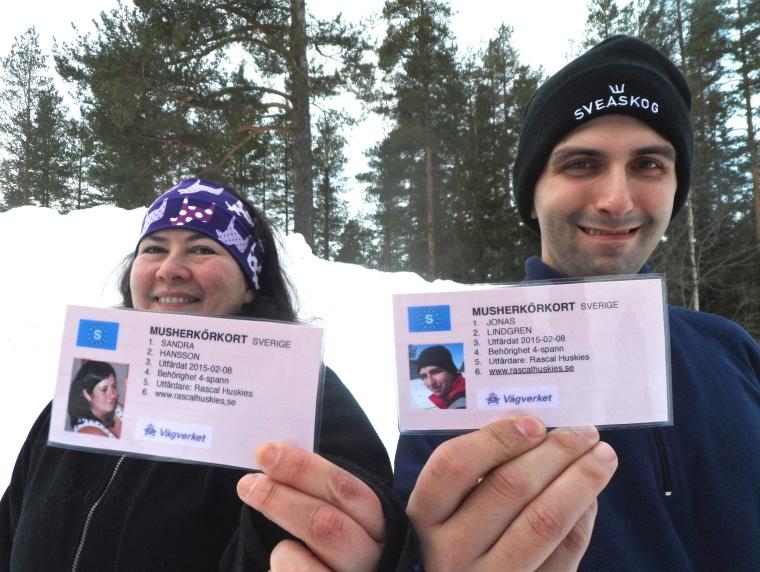 Sandra Hansson och Jonas Lindgren visar upp sina välförtjänta Musherkörkort.