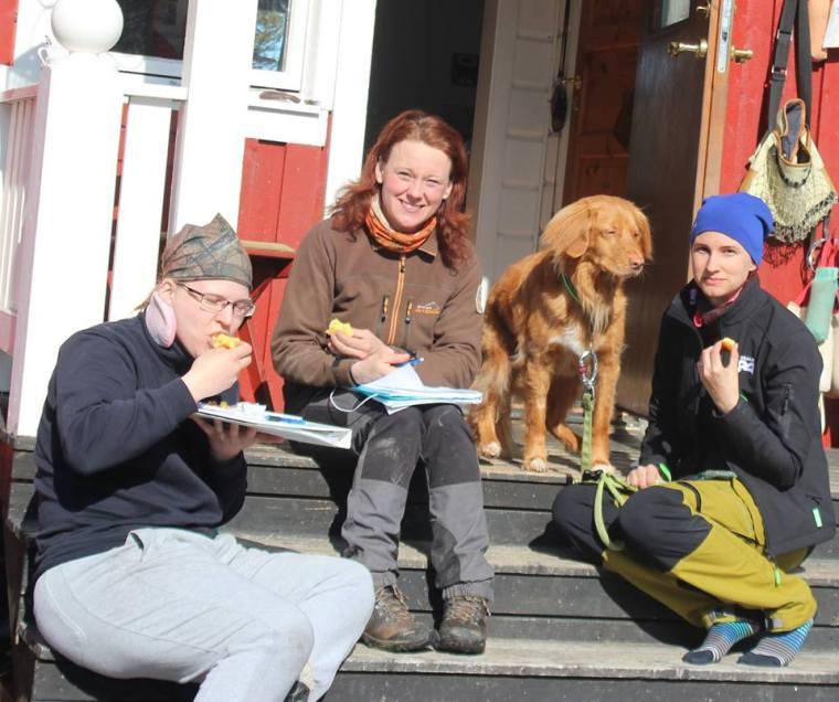 Bild från i våras då jag, i mitten, tar en fikapaus med mina kurskompisar.