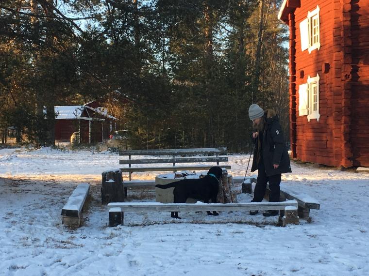 Ragnhild och Tassa söker vid grillplatsen.